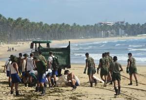 Coleta de óleo na Praia de Itapuana, em Cabo de Santo Agostinho (PE) Foto: Veetmano Prem/Fotoarena