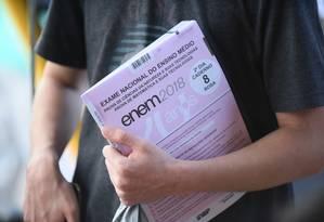 Estudante segura a prova da edição do Enem de 2018 no segundo dia do exame - ARQUIVO 11-11-2018 Foto: Terceiro / Agência O Globo