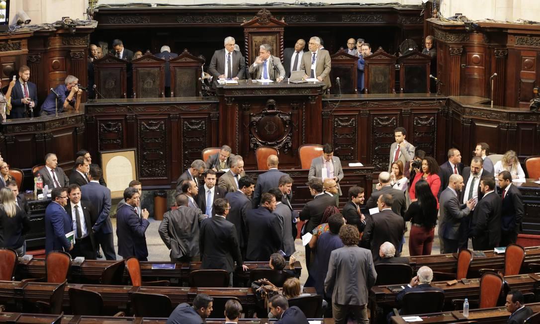 Deputados durante a sessão para votar a soltura de parlamentares acusados de corrupção Foto: Domingos Peixoto / Agência Globo