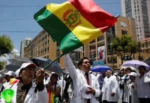 Profisisionais da saúde protestam em La Paz após resultados preliminares das eleições bolivianas Foto: DAVID MERCADO / REUTERS