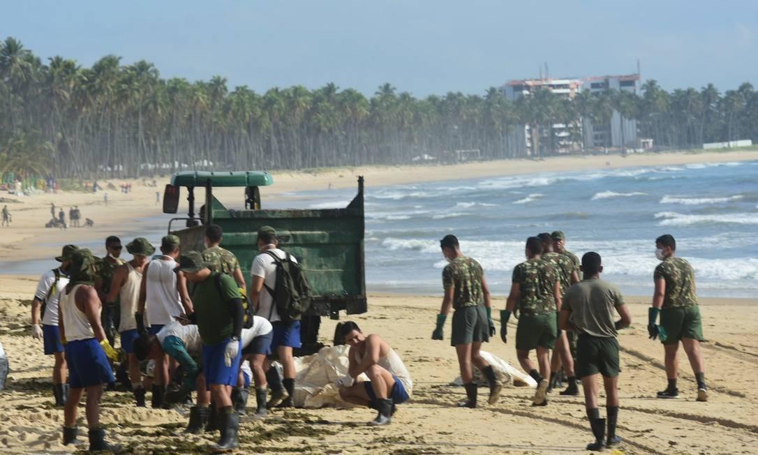 Soldados do Exército começaram a trabalhar no combate ao óleo no Cabo de Santo Agostinho (PE), que foi visitado pelo ministro Ricardo Salles Foto: Fotoarena / Agência O Globo