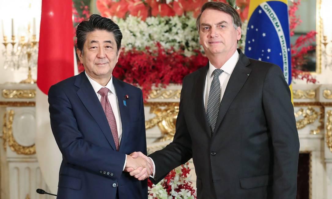 Japan's Prime Minister Shinzo Abe (L) shakes hands with Brazil's President Jair Bolsonaro at the Akasaka State Guesthouse in Tokyo on October 23, 2019. (Photo by Japan pool via Jiji Press / JIJI PRESS / AFP) / Japan OUT Foto: JAPAN POOL VIA JIJI PRESS / AFP