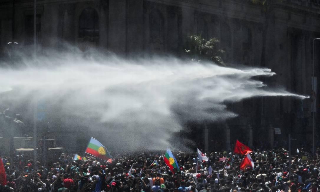 Polícia tenta dispersar manifestantes com canhões d'água em Santiago Foto: IVAN ALVARADO / REUTERS