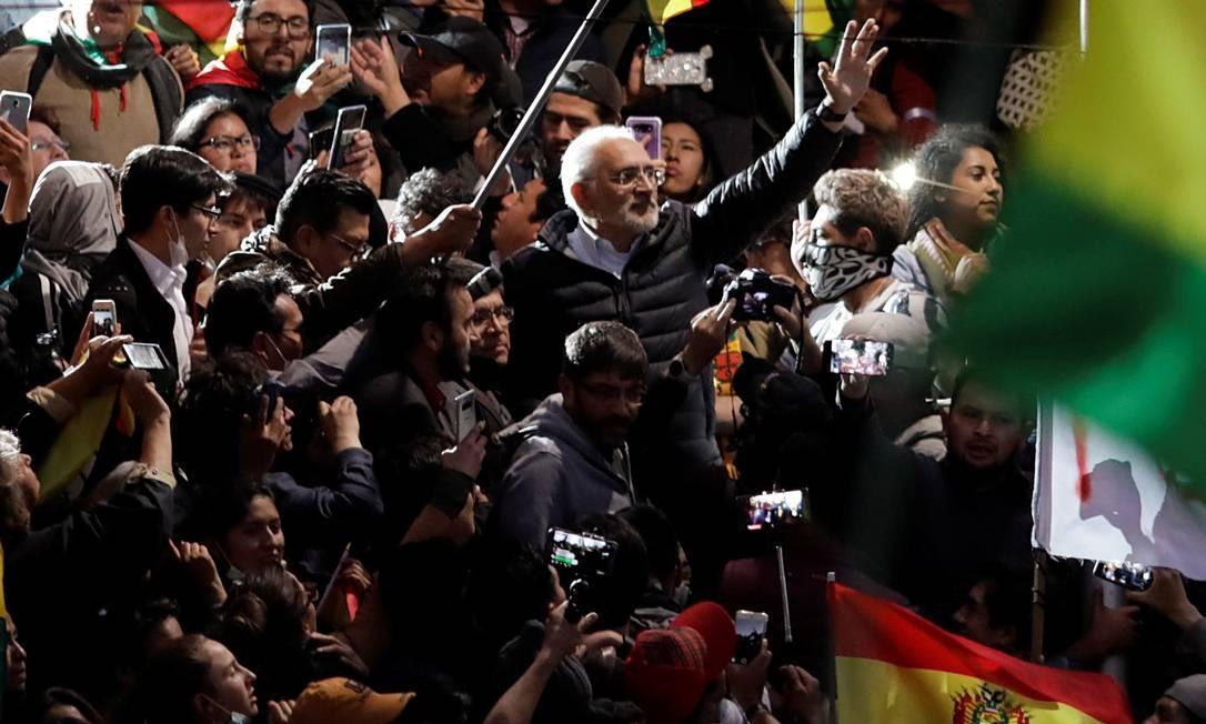 Carlos Mesa acena a manifestantes durante protesto em La Paz Foto: UESLEI MARCELINO / REUTERS