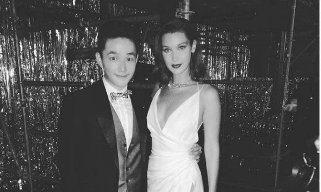 Bilionário da noite para o dia: Eric Tse posa ao lado da modelo Bella Hadid Foto: Reprodução/Instagram