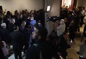 Grupo de 20 republicanos invadiu sala onde testemunha no inquérito sobre o impeachment de Donald Trump falaria, a portas fechadas. Deputado democrata diz que os governistas 'enlouqueceram' Foto: ALEX WONG / AFP
