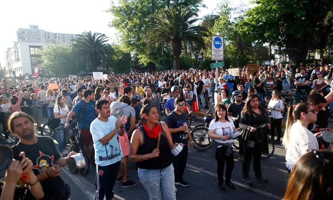 Centenas de pessoas foram às ruas de Santiago com suas panelas para criticar o aumento das passagens de metrô na cidade e pedir mudanças nas políticas do governo. Panelaço é figura constante em protestos no Chile desde os anos 1970 Foto: PABLO VERA / AFP