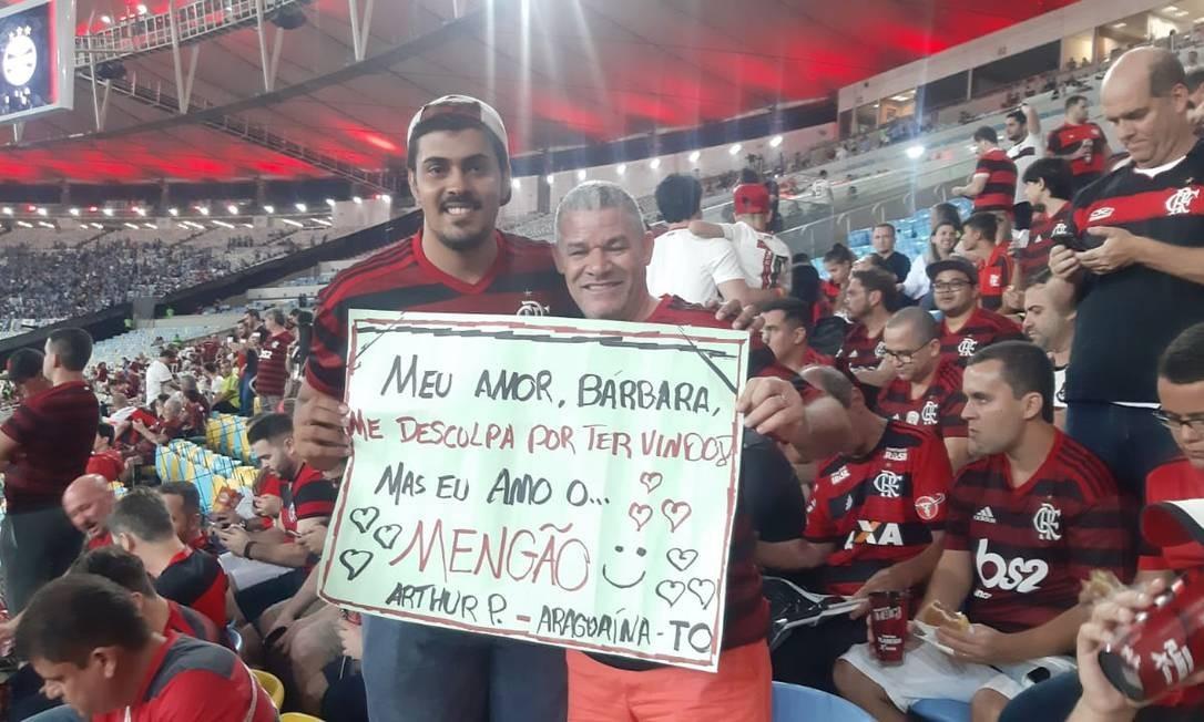 Arthur Partata e o sogro, Roberto Nascimento, vieram de Tocantins para o jogo do Flamengo Foto: Marcello Neves