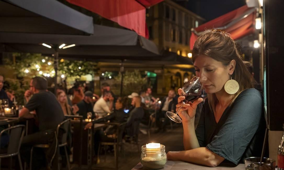 Frequentadora do Le Chat Noir, local que oferece bons drinques e música ao vivo, do jazz ao pop eletrônico, em Genebra, na Suíça Foto: Reto Albertalli / The New York Times