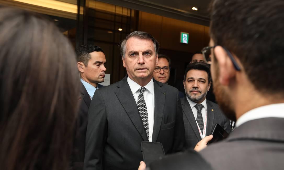 """Em conversa com a imprensa, antes de seguir para a China, Jair Bolsonaro disse que """"está de bem"""" com o presidente boliviano Evo Morales Foto: Agência O Globo"""