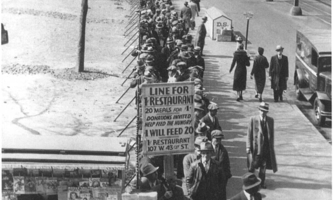Com a quebra da Bolsa de NY, em 1929, desempregados estavam na fila da sopa ou de emprego Foto: The Hulton Deutsch Collection