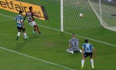 Bruno Henrique se antecipa à zaga do Grêmio para abrir o placar para o Flamengo Foto: Marcelo Regua / Agência O Globo