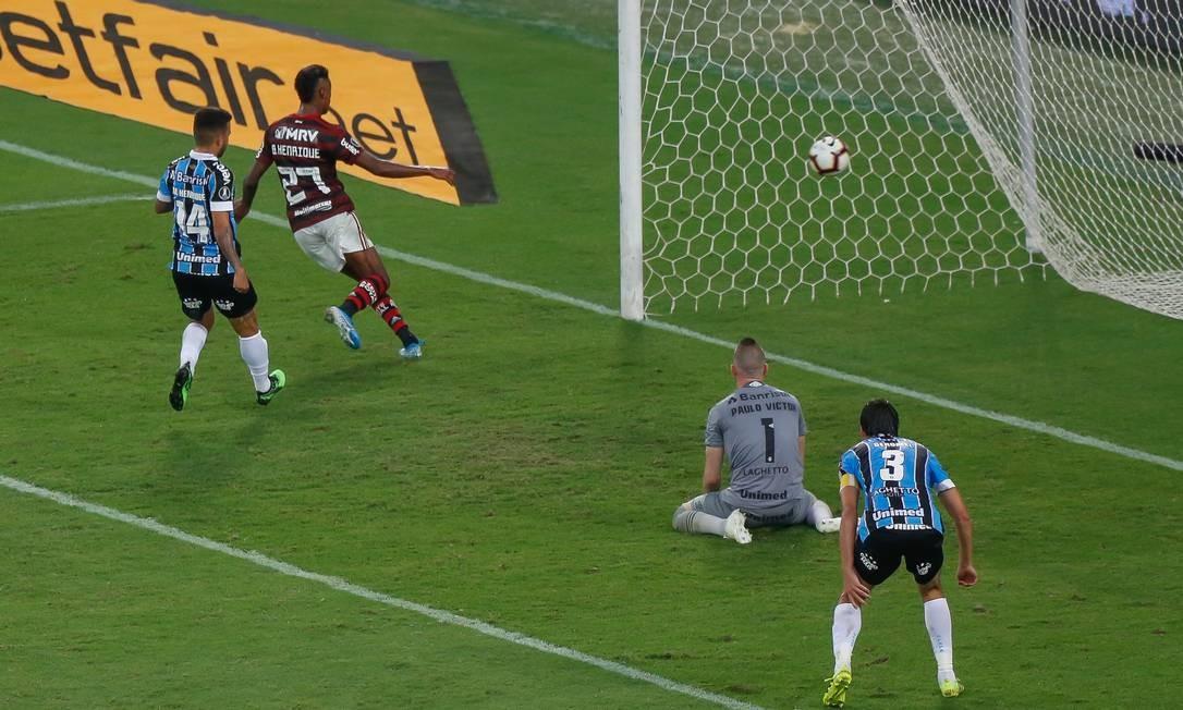Bruno Henrique se antecipa à zaga do Grêmio para abrir o placar para o Flamengo Foto: Marcelo Regua