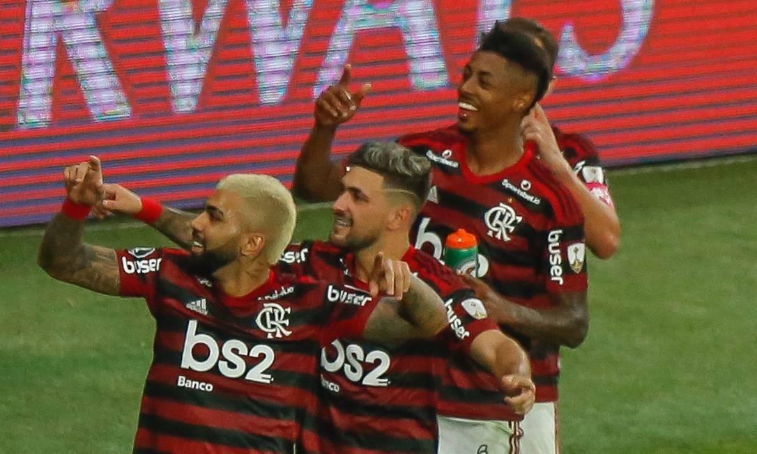 Gabigol comemora com Arascaeta e Bruno Henrique um de seus dois gols sobre o Grêmio Foto: Marcelo Regua / Marcelo Regua
