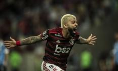 Gabigol comemora um de seus dois gols nos 5 a 0 do Flamengo sobre o Grêmio Foto: Guito Moreto / Agência O Globo
