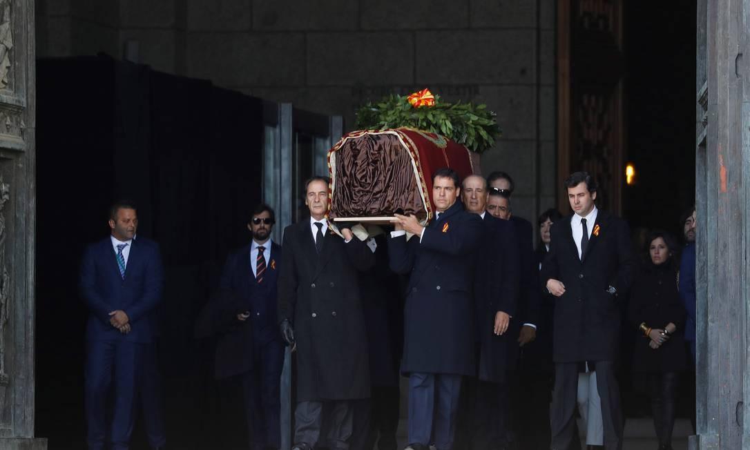 Família de Franco sai com os restos mortais do ditador do Vale dos Caídos Foto: Pool / EFE