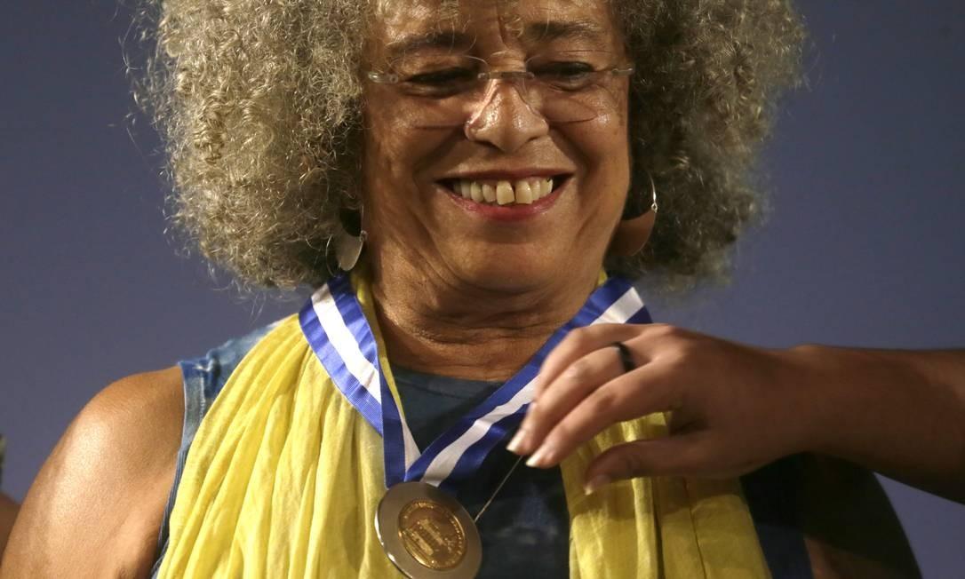 Davis recebeu a Medalha Tiradentes, maior honraria do Estado do Rio,pelas mãos da deputada estadual Renata Souzae da filha deMarielleFranco,Luyara. Foto: Antonio Scorza / Agência O Globo