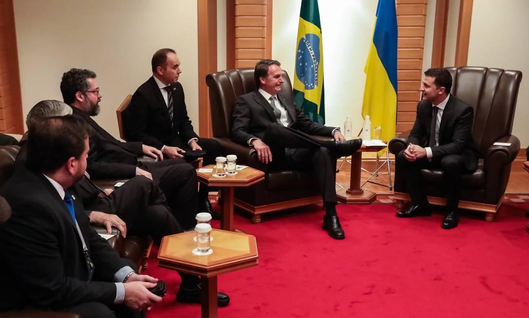 No Japão, Bolsonaro se reuniu com o presidente da Ucrânia, Volodymyr Zelenski (direita), que demonstrou interesse em comprar Super Tucano e KC-390 Foto: José Dias / PR