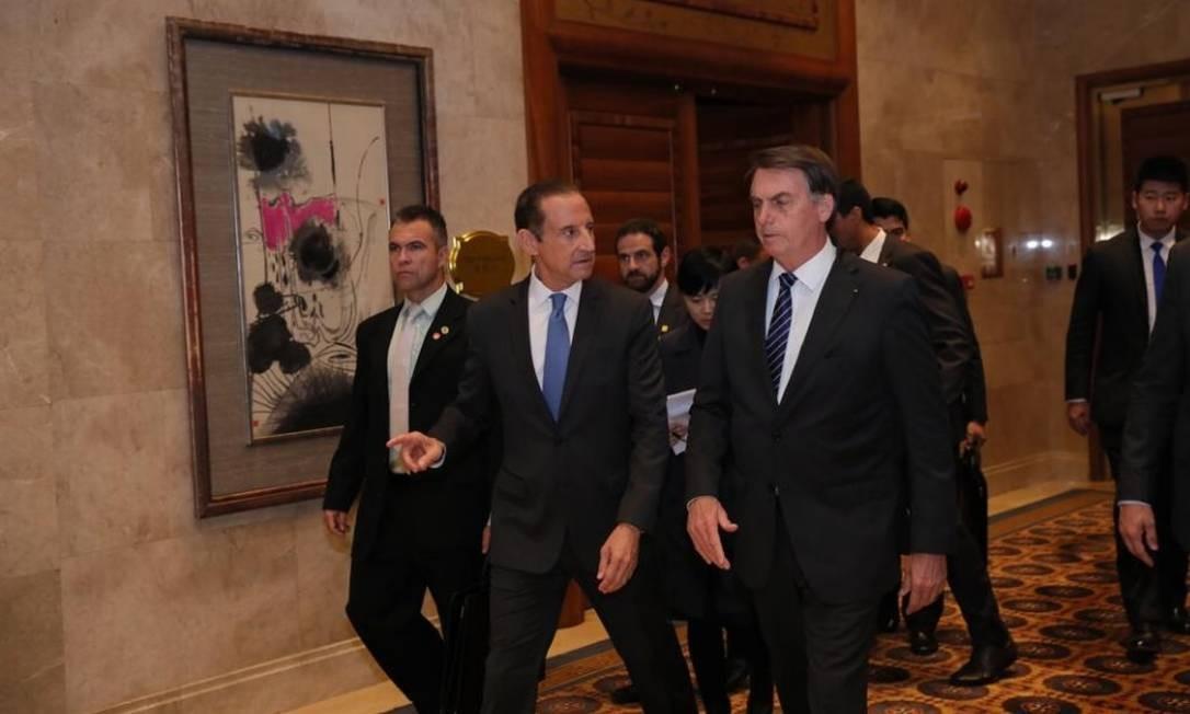 Após encontro com empresários chineses, o presidente Jair Bolsonaro caminha ao lado de Paulo Skaf, presidente da Fiesp Foto: Divulgação