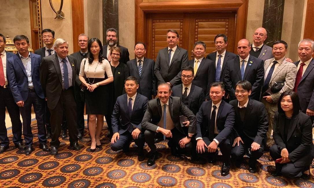 Em Pequim, na China, Bolsonaro posa para foto com ministros, secretários, o presidente da Fiesp, Paulo Skaf (agachado ao centro, sorrindo), e empresários chineses Foto: Repodução/Twitter