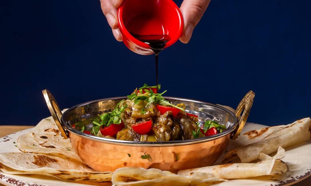 Marín Comes e Bebes. Jiló Luiz Gonzaga, antepasto do fruto com tomate, balsâmico e pãozinho da casa Foto: Divulgação