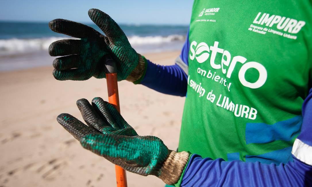 Agentes da Limpurb atuam em limpeza da Praia da Pituba em Salvador Foto: Fotoarena / Agência O Globo