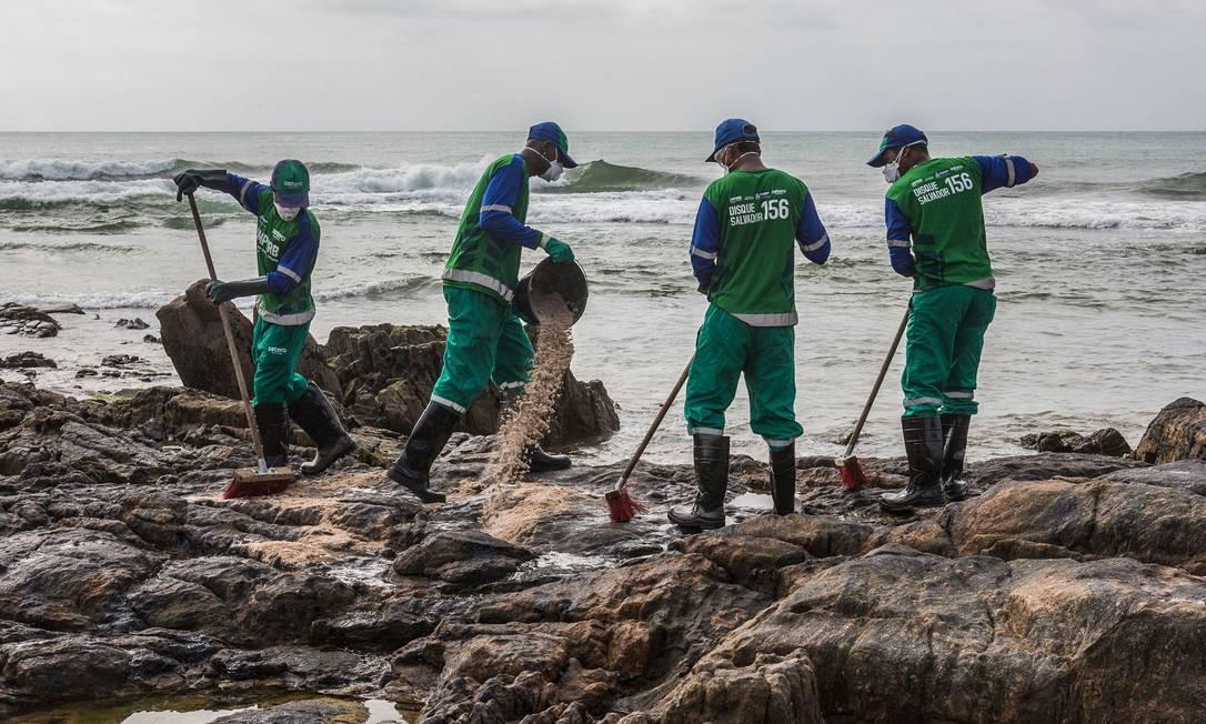 Funcionários municipais removem petróleo derramado na praia de Pedra do Sal, na Bahia Foto: Antonello Veneri / AFP - 23/10/2019