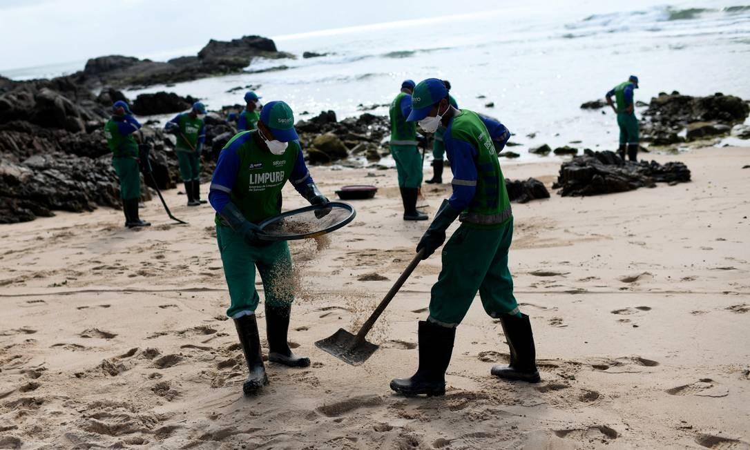 Funcionários municipais removem petróleo derramado na praia de Pedra do Sal, na Bahia Foto: Lucas Landau / Reuters - 23/10/2019