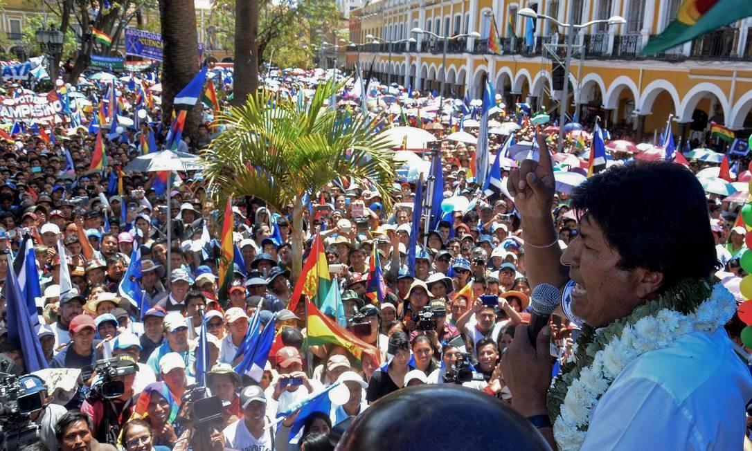 """Em discurso a apoiadores, Evo Morales comemora a reeleição, confirmada pelas autoridades eleitorais, e diz que pedidos para um segundo turno fazem parte de """"tentativa de golpe"""" Foto: STR / AFP"""