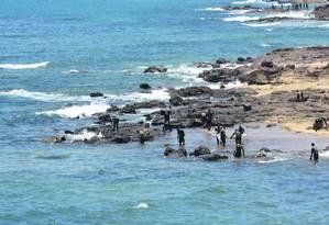 Voluntários limpam mancha de óleo em Cabo de Santo Agostinho (PE) Foto: Fotoarena / Agência O Globo