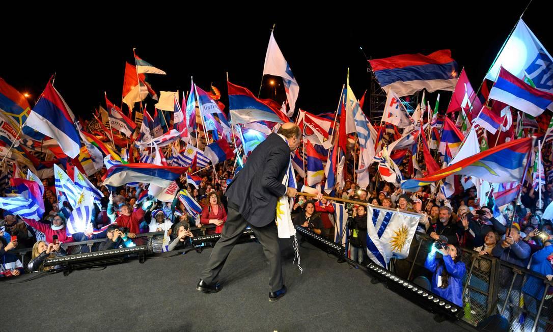 Daniel Martínez, ex-prefeito de Montevidéu e candidato presidencial da Frente Ampla, no encerramento da campanha; ele deve disputar segundo turno com candidato da centro-direita Foto: / PABLO PORCIUNCULA BRUNE/AFP/23-10-2019