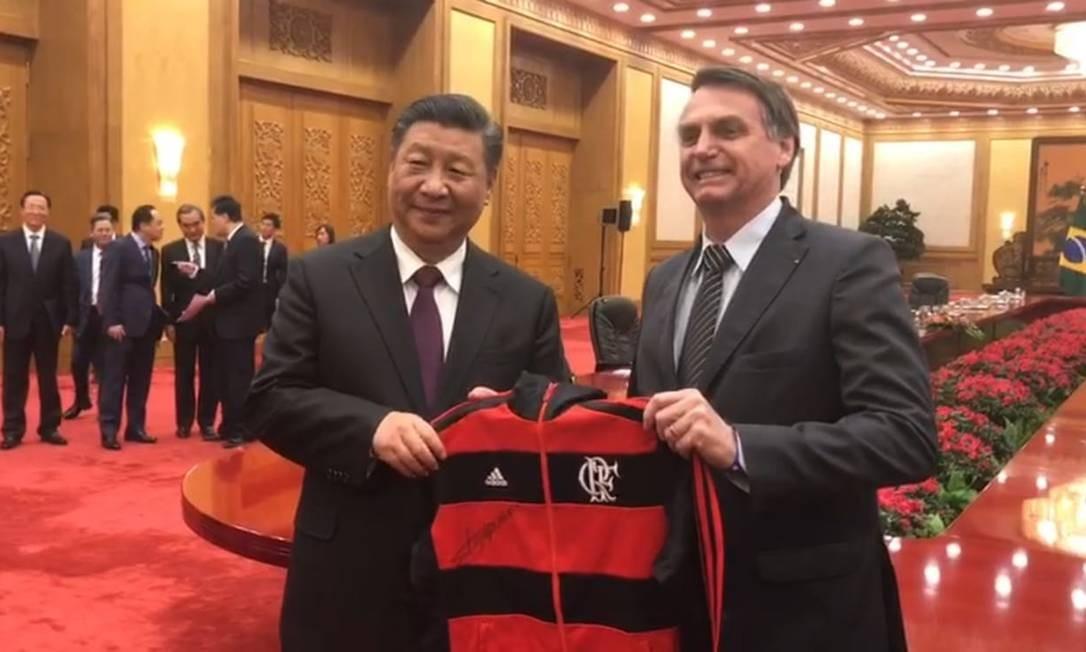 Bolsonaro entrega casaco do Flamengo a Xi Jinping Foto: Divulgação
