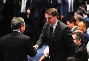 Jair Bolsonaro cumprimenta vice-premier chinês, Hu Chunhua, durante visita a Pequim Foto: POOL / REUTERS