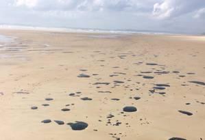 Manchas de óleo na Praia do Norte, em Ilhéus (BA) Foto: Divulgação/G1