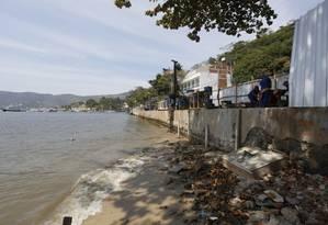 Operários trabalham nas obras de pavimetação e reforço de estrutura do calçadão da Praia de Jurujuba Foto: Fábio Guimarães / Agência O Globo