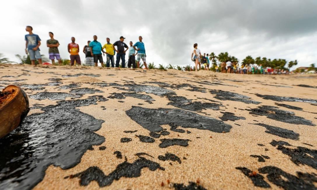 Óleo na praia de Japaratinga, em Alagoas Foto: Ibama
