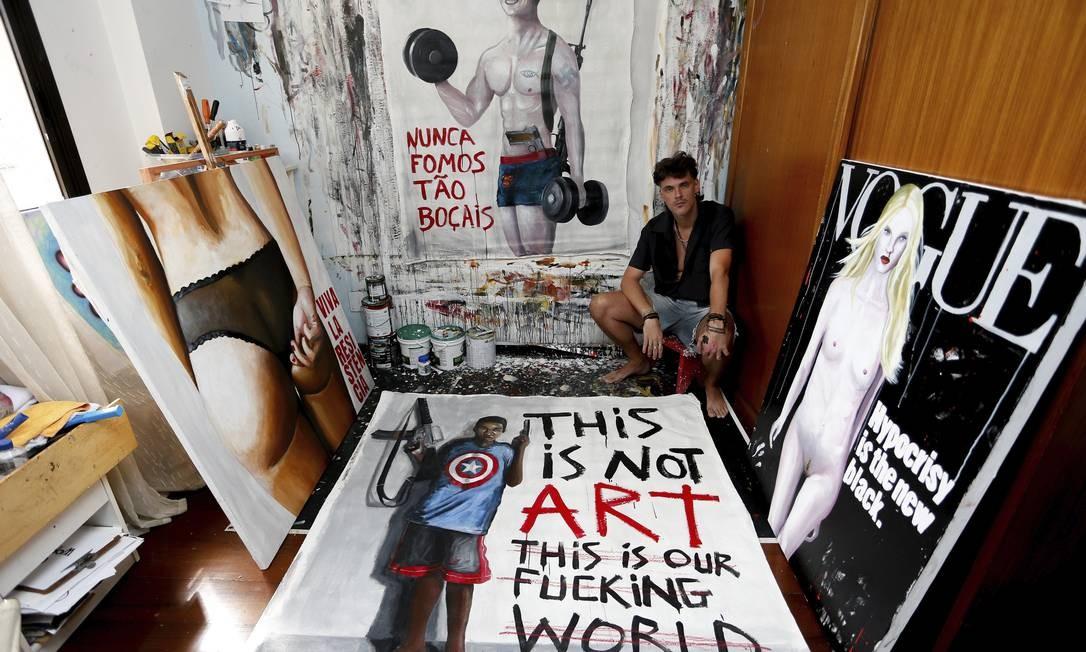"""NI Niterói (RJ) 23/10/2019 ARTISTA ACUSA GALERIA DE ARTE DO CORREIOS DE CENSURA -Duas pinturas em tela, uma que mostra uma mulher de costas de calcinha e outra um bombado boçal envolto a símbolos conservadores, do artista Gabriel Grecco, foram vetadas de uma exposição na Galeria dos Correios, em Niterói. O artista diz que as obras """"foram censuradas"""" porque o Correios alegou """"não quer gerar polêmica"""". Foto Roberto Moreyra / Agência O Globo Foto: ROBERTO MOREYRA / Agência O Globo"""