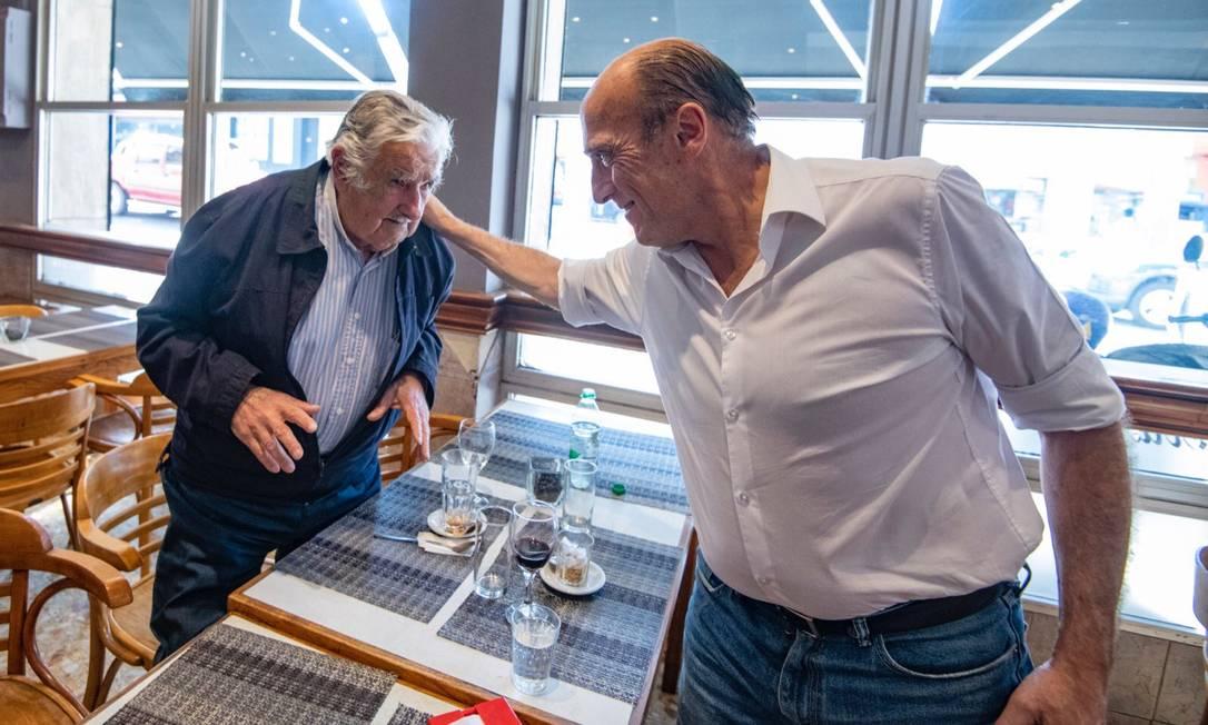 """O ex-presidente uruguaio José """"Pepe"""" Mujica e o candidato da Frente Ampla Daniel Martínez almoçam num café em Montevidéu nesta sexta-feira Foto: Reprodução"""