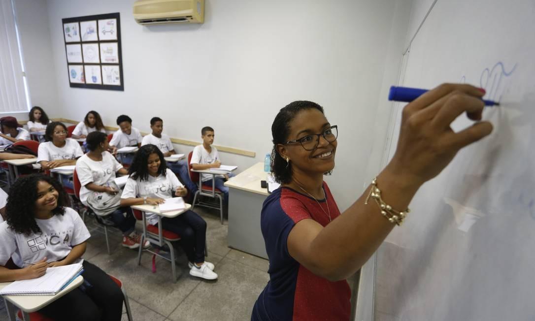 A professora Cínthia Barboza ensina matemática a jovens na faixa de 14 e 15 anos no IJCA, que fica às margens da RJ-104, no Baldeador Foto: Roberto Moreyra / Agência O Globo