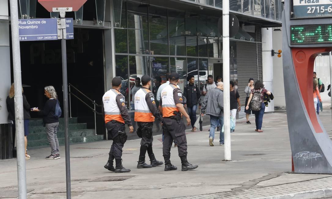 Patrulha: agentes do Niterói Presente em frente ao Plaza Shopping, no Centro Foto: Fábio Guimarães / Agência O Globo