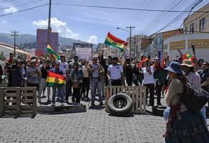 Manifestantes bloqueiam ruas e paralisam parte do comércio em mais um ato contra a vitória em primeiro turno de Evo Morales. Oposição diz que processo foi fraudado e exige um segundo turno Foto: JORGE BERNAL / AFP
