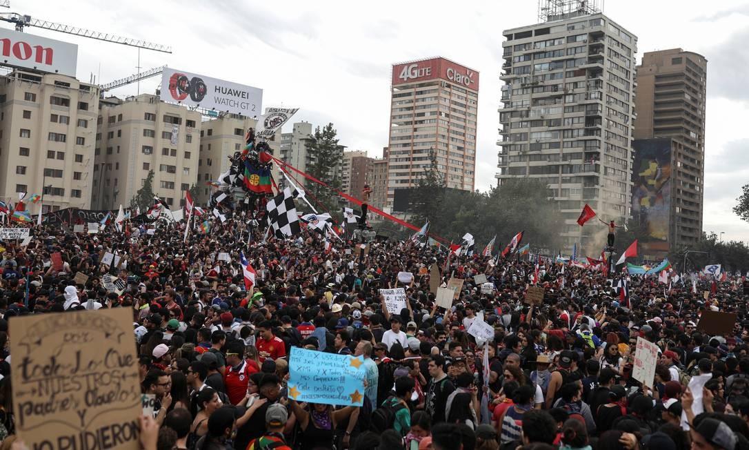 """A passeata foi apelidada de """"a maior marcha do Chile"""". Os protestos começaram na semana passada depois que o governo aumentou as passagens do metrô de Santiago, agregando depois outros pedidos Foto: PABLO SANHUEZA / REUTERS"""