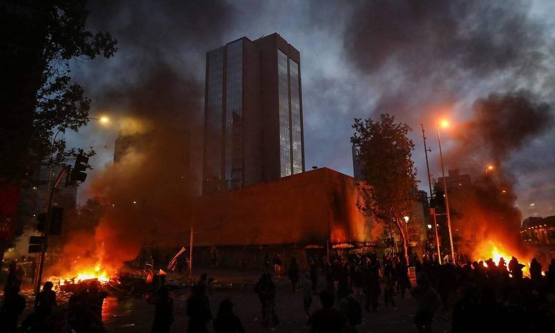 Fogueiras improvisadas chamaram a atenção para os protestos em Santiago Foto: EDGARD GARRIDO / REUTERS