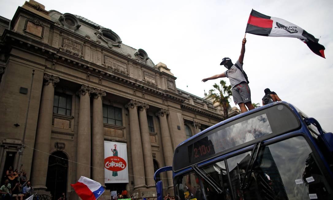 Houve incêndios e saques durante os protestos. Pelo menos 19 pessoas já morreram, alguns deles por tiros disparados pelas forças de segurança Foto: PABLO VERA / AFP