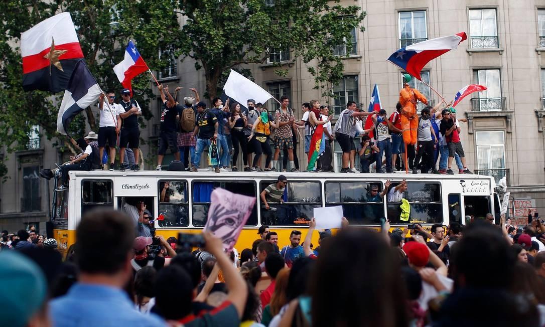 Manifestantes acusam o governo de uso excessivo da força. Uma equipe do Alto Comissariado de Direitos Humanos da ONU chegará ao Chile na segunda-feira Foto: PABLO VERA / AFP