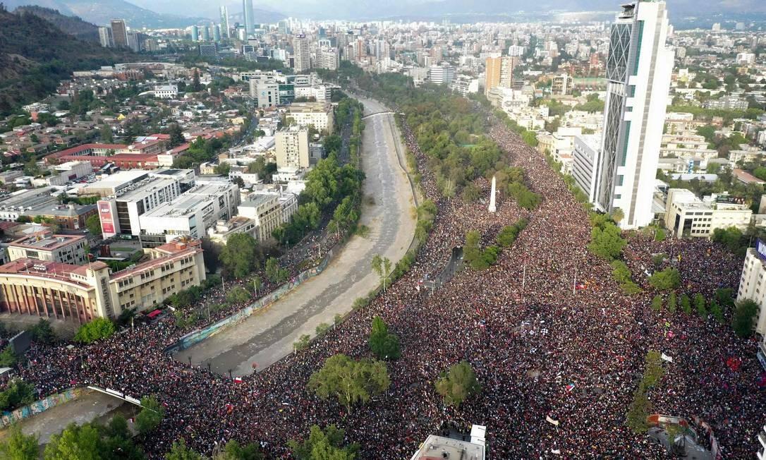O protesto em Santiago reuniu mais de um milhão de pessoas pedindo reformas sociais Foto: PEDRO UGARTE / AFP