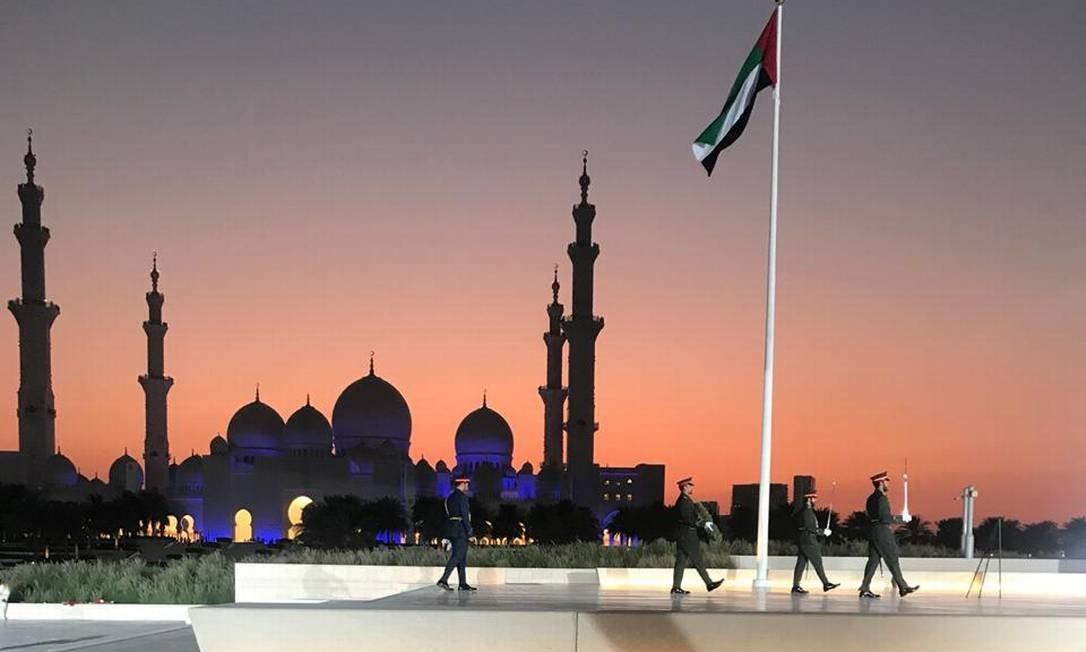Treinamento militar anterior à chegada do presidente Jair Bolsonaro na Grande Mesquita Xeque Zayed, em Abu Dhabi Foto: Maiá Menezes / Maiá Menezes