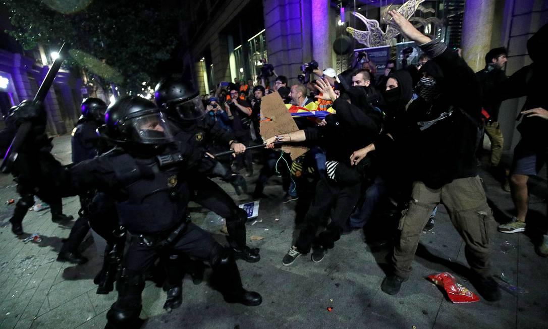 Manifestantes e policiais entram em confronto em Barcelona em protesto pró independência Foto: ALBERT GEA / REUTERS