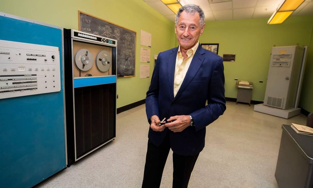 Leonard Kleinrock na sala da Universidade da Califórnia, em Los Angeles, de onde foram enviadas as primeiras mensagens da internet Foto: ROBYN BECK / AFP