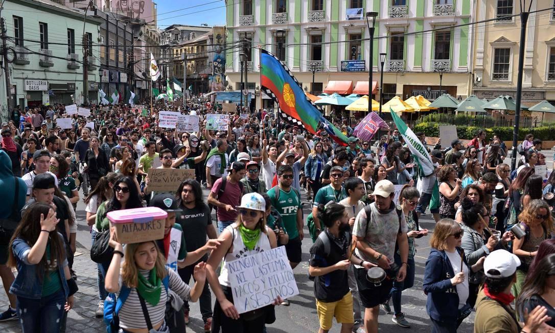 Manifestantes seguem nas ruas em ato na cidade de Valparaíso. Polícia relata confrontos isolados com prisões e feridos dos dois lados Foto: RAUL GOYCOOLEA / AFP